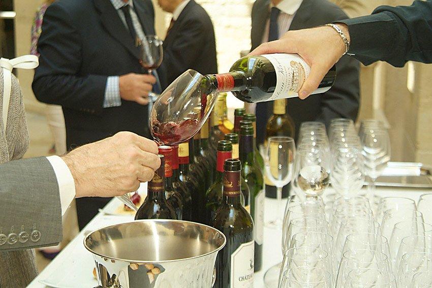 Buffet-de-vins-et-degustation-des-membres-asocies-des-Chateaux-des-vins-de-lAcademie-du-Vin-de-Bordeaux-1.JPG